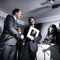 Novum:Nederland:Amsterdam , 23 maart 2014.<br /> De Japanse premier Shinzo Abe is zondagmiddag aangekomen bij het Anne Frank Huis in Amsterdam. Abe besloot het museum aan de Prinsengracht te bezoeken in verband met de vernieling van honderden boeken van en over Anne Frank in Tokyo vorige maand.<br /> Abe shaking hands with general manager of the museum  Ronald Leopold.<br /> De Japanse premier is in Nederland vanwege de top over nucleaire beveiliging die maandag en dinsdag plaatsvindt in Den Haag.<br /> Japanese Prime Minister Shinzo Abe visited the Anne Frank House in Amsterdam. Abe decided to visit the museum in connection with the destruction of hundreds of books by and about Anne Frank in Tokyo last month.<br /> <br /> The Prime Minister is one of the paricipants of the Nuclear Security Summit in The Hague the Netherlands is hosting.<br /> Foto:Jean-Pierre Jans