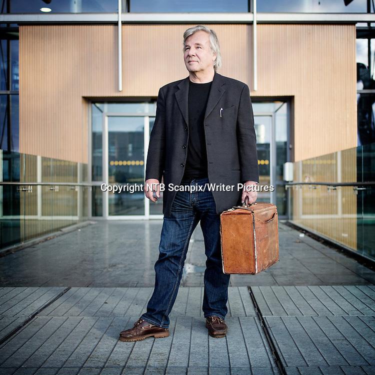 Oslo  20121128.<br /> Jan Guillou er i disse dager aktuell med sin nyeste bokserie. H&macr;sten 2011 ble f&macr;rste bind i den bredt anlagte serien om europeisk 1900-tall, Brobyggerne, utgitt. Boken ble en stor suksess i hele Skandinavia. Andre bind, Dandy, kom i oktober 2012. <br /> Foto: Thomas Winje &yuml;ijord / NTB scanpix<br /> <br /> NTB Scanpix/Writer Pictures<br /> <br /> WORLD RIGHTS, DIRECT SALES ONLY, NO AGENCY
