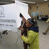 Toluca, Méx.- Profesores afiliados al Sindicato Maestros al Servicio del Estado de Mexico (SMSEM) acuden a las urnas colocadas para elegir al lider sindical. Agencia MVT / Mario Vazquez de la Torre. (DIGITAL)<br /> <br /> NO ARCHIVAR - NO ARCHIVE