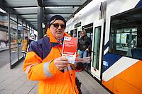 Mannheim. 01.03.17 | BILD- ID 080 |<br /> Innenstadt. Plankenumbau. Auswirkungen auf den Stra&szlig;enbahnverkehr. Am Hauptbahnhof informieren rnv Mitarbeiter &uuml;ber die Plan&auml;nderungen und Streckenverbindungen.<br /> - rnv Mitarbeiter G&uuml;nter Daum<br /> Bild: Markus Prosswitz 01MAR17 / masterpress (Bild ist honorarpflichtig - No Model Release!)