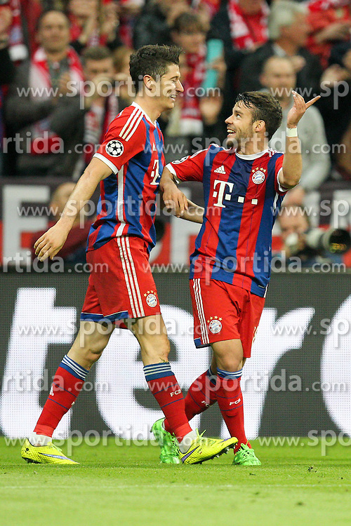 21.04.2015, Allianz Arena, Muenchen, GER, UEFA CL, FC Bayern Muenchen vs FC Porto, im Bild l-r: Torjubel von Robert Lewandowski #9 (FC Bayern Muenchen) und Juan Bernat #18 (FC Bayern Muenchen) // during the UEFA Semi Final 2nd Leg Match between FC Bayern Munich and FC Porto at the Allianz Arena in Muenchen, Germany on 2015/04/21. EXPA Pictures &copy; 2015, PhotoCredit: EXPA/ Eibner-Pressefoto/ Kolbert<br /> <br /> *****ATTENTION - OUT of GER*****