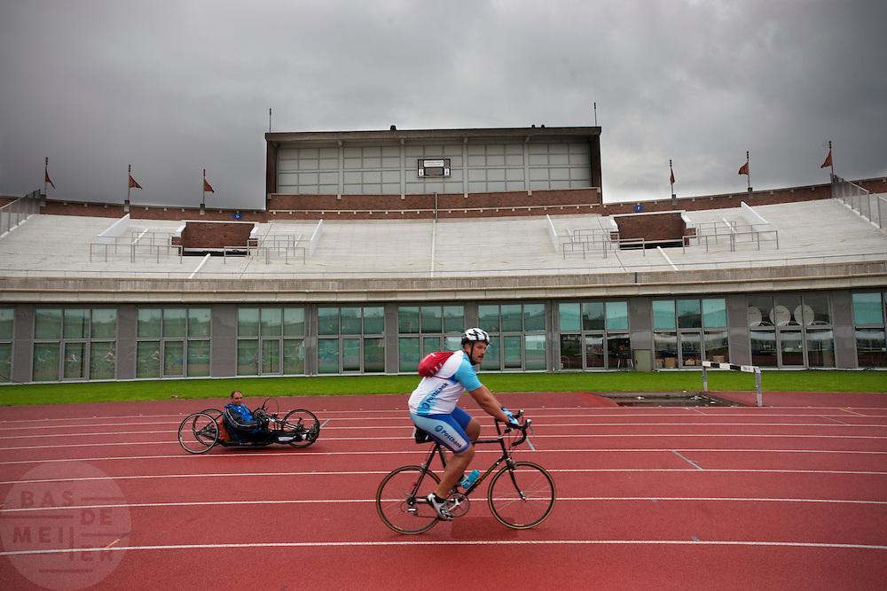 Wielrenners gaan van start in de Gerrie Knetemann Classic vanuit het Olympisch Stadion in Amsterdam. De toertocht wordt voor de vijfde keer gehouden en is begonnen ter nagedachtenis van de in 2004 overleden Nederlandse wielrenner. Deelnemers kunnen afstanden fietsen van 45, 75, 100 en 150 km.<br /> <br /> Cyclists are starting for the Gerrie Kneteman Classic tour at the Olympic Stadion in Amsterdam.