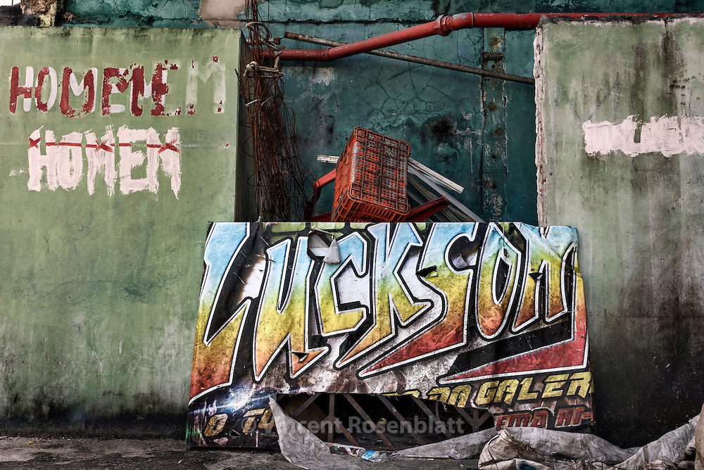"Abandonned banner of the ""LuckSom"" (Luck Sound) local soundsystem in Jurunas district, Belém do Pará"