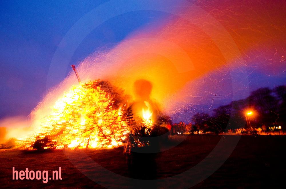 nederland, Lonneker 8 april2012 paasvuur en al de lol en het gevaar dat daar mee samengaat. Traditie in het oosten van nederland