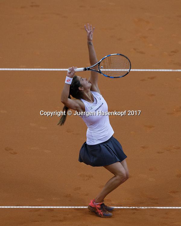 GER-UKR, Deutschland - Ukraine, <br /> Porsche Arena, Stuttgart, internationales ITF  Damen Tennis Turnier, Mannschafts Wettbewerb,<br /> JULIA GOERGES (GER), Aufschlag von oben,
