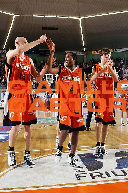 DESCRIZIONE : Udine Lega A1 2005-06 Snaidero Udine Whirlpool Varese <br /> GIOCATORE : Team Udine Hill <br /> SQUADRA : Snaidero Udine <br /> EVENTO : Campionato Lega A1 2005-2006 <br /> GARA : Snaidero Udine Whirlpool Varese <br /> DATA : 01/04/2006 <br /> CATEGORIA : Esultanza <br /> SPORT : Pallacanestro <br /> AUTORE : Agenzia Ciamillo-Castoria/S.Silvestri <br /> Galleria : Lega Basket A1 2005-2006 <br /> Fotonotizia : Udine Campionato Italiano Lega A1 2005-2006 Snaidero Udine Whirlpool Varese <br /> Predefinita :