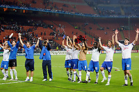 Die siegreiche Mannschaft des FC Zuerich mit Match-Winner Hannu Tihinen, rechts, bedankt sich nach Spielende bei den mitgereisten Fans fuer die Unterstuetzung. © Eddy Risch/EQ Images