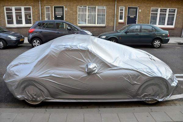 Nederland, Scheveningen, 16-9-2012Een dure sportauto staat geparkeerd in een gewone straat met een stofhoes eromheen.Foto: Flip Franssen/Hollandse Hoogte