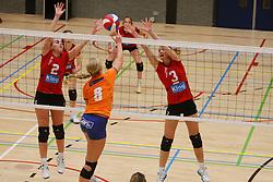 06-10-2012 VOLLEYBAL: TOPDIVISIE VROUWEN KING SOFTWARE VCN - LONGA 59 : CAPELLE AAN DEN IJSSEL<br /> Marjolein Verhaaf en Sanne Hoevenaars, King Software VCN blokkeren een aanval van Milou Hemel, Longa 59<br /> ©2012-FotoHoogendoorn.nl / Pim Waslander