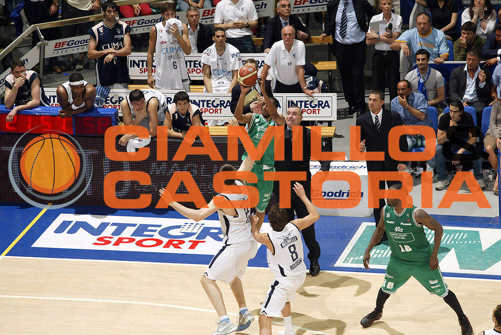 DESCRIZIONE : Bologna Lega A1 2005-06 Play Off Finale Gara 3 Climamio Fortitudo Bologna Benetton Treviso <br /> GIOCATORE : Nicholas<br /> SQUADRA : Benetton Treviso <br /> EVENTO : Campionato Lega A1 2005-2006 Play Off Finale Gara 3 <br /> GARA : Climamio Fortitudo Bologna Benetton Treviso <br /> DATA : 18/06/2006 <br /> CATEGORIA : Tiro<br /> SPORT : Pallacanestro <br /> AUTORE : Agenzia Ciamillo-Castoria/E.Pozzo