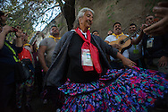 Anziana balla al ritmo della musica zigana in attesa della Via crucis al Colosseo del popolo Rom e Sinti in occasione del Pellegrinaggio Mondiale del Popolo Gitano a Roma - The Via Crucis of the people of the Gypsies at the Coliseum, World Pilgrimage of Gypsies and Travellers to Rome.