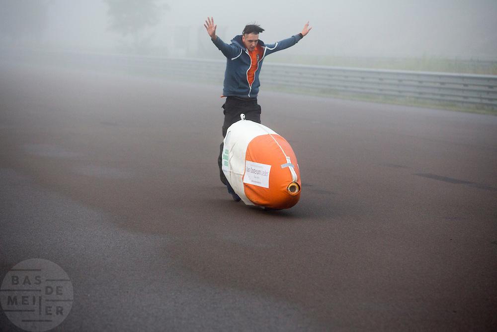 Rik Houwers wordt gestart tijdens teststarts voor de recordpoging. In Duitsland probeert het Human Power Team Delft en Amsterdam (HPT), dat bestaat uit studenten van de TU Delft en de VU Amsterdam, het uurrecord te verbreken op de Dekrabaan met de VeloX4. Dat staat momenteel op 90,4 km. In september wil het HPT daarna een poging doen het wereldrecord snelfietsen te verbreken, dat nu op 133 km/h staat tijdens de World Human Powered Speed Challenge.<br /> <br /> The Human Power Team Delft and Amsterdam, consisting of students of the TU Delft and the VU Amsterdam, tries to set a new hour record on a bicycle with the special recumbent bike VeloX4. The current record is 90,4 km. They also wants to set a new world record cycling in September at the World Human Powered Speed Challenge. The current speed record is 133 km/h.