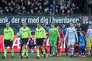 FODBOLD: Dommertrioen og anfører Søren Henriksen (FC Helsingør) på vej ud til kampen i ALKA Superligaen mellem FC Helsingør og FC Nordsjælland den 18. marts 2018 på Helsingør Stadion. Foto: Claus Birch.
