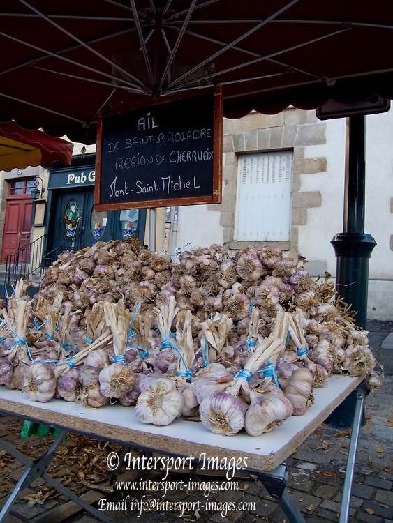 Rennes, FRANCE, Rennes,  Fresh Garlic  heads on display at the Saturday Morning Market, Brittany.  Saturday  26/09/2009   [Mandatory Credit Peter Spurrier Intersport Images] Street Photo.