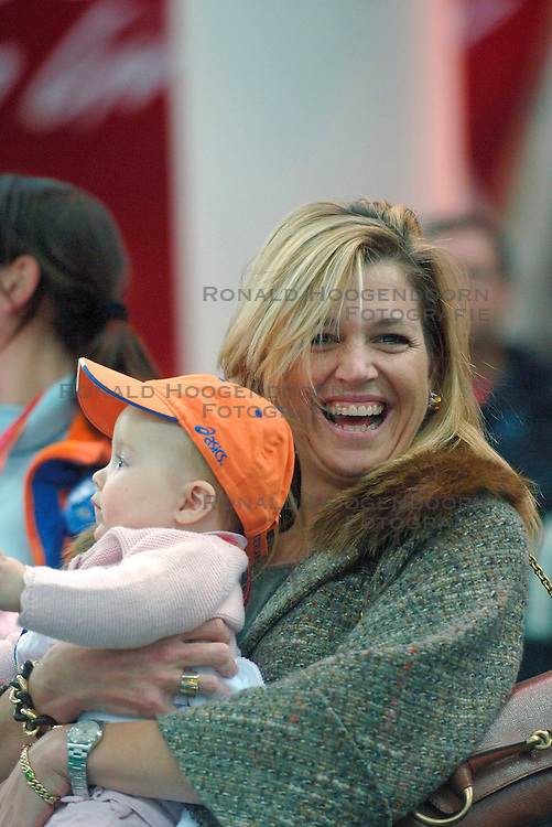 11-02-2006 SCHAATSEN: OLYMPISCHE WINTERSPELEN: 3000 METER DAMES: TORINO<br /> Prinses Maxima en Alexia<br /> &copy;2006-WWW.FOTOHOOGENDOORN.NL