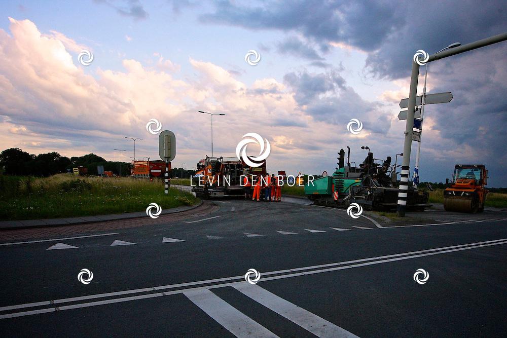 ZALTBOMMEL - De oprit richting Utrecht A2 is het hele weekend afgesloten. Dit omdat het wegdek een nieuwe toplaag krijgt. FOTO LEVIN DEN BOER - PERSFOTO.NU