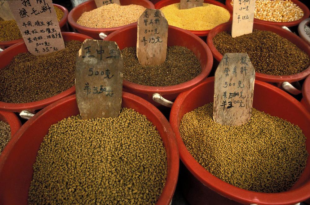 Julio 2005. Productos alimenticios expuestos en un mercadoo callejero del centro de Shanghai.