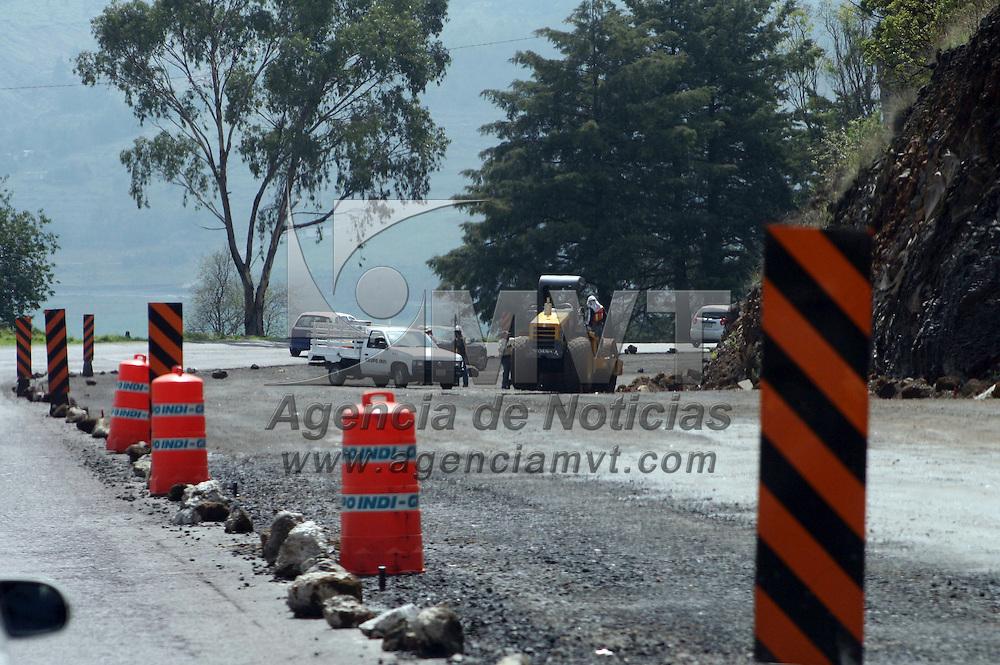 Aculco, México.- Trabajadores continúan con los trabajos de ampliación de la carretera Atlacomulco-Polotitlán, una vía muy transitada en esta zona del Estado de México. Agencia MVT / José Hernández