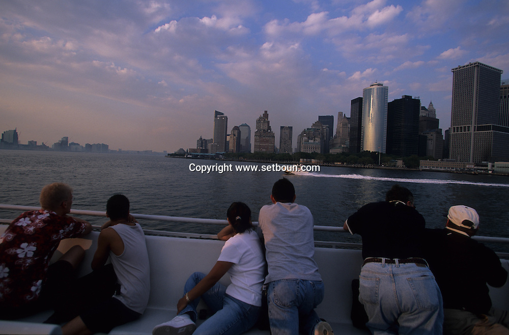New York. family watching The destroyed skyline view from the  Ferry. after the terorist attack on world trade center towers in Manhattan  New york  Usa   /   famille regardant Le skyline detruit vu depuis le ferry . Apres l'attaque terroriste sur les tours du world trade center a Manhattan