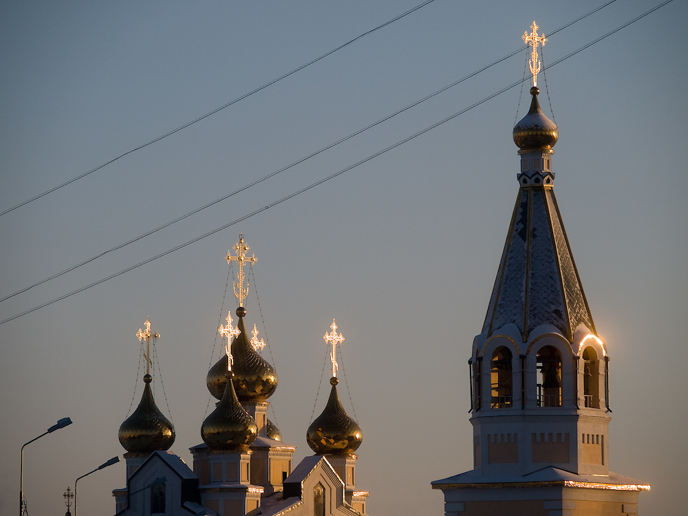 Russisch orthodoxe Kirche in der Innenstadt von Jakutsk. Jakutsk wurde 1632 gegruendet und feierte 2007 sein 375 jaehriges Bestehen. Jakutsk ist im Winter eine der kaeltesten Grossstaedte weltweit mit durchschnittlichen Winter Temperaturen von -40.9 Grad Celsius. Die Stadt ist nicht weit entfernt von Oimjakon, dem Kaeltepol der bewohnten Gebiete der Erde.<br /> <br /> Russian Orthodox church in the city center of Yakutsk. Yakutsk was founded in 1632 and celebrated 2007 the 375th anniversary. Yakutsk is a city in the Russian Far East, located about 4 degrees (450 km) below the Arctic Circle. It is the capital of the Sakha (Yakutia) Republic (formerly the Yakut Autonomous Soviet Socialist Republic), Russia and a major port on the Lena River. Yakutsk is one of the coldest cities on earth, with winter temperatures averaging -40.9 degrees Celsius.