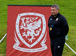 CARDIFF, WALES - Tuesday, September 4, 2018: Wales' assistant coach Osian Roberts during a training session at the Vale Resort ahead of the UEFA Nations League Group Stage League B Group 4 match between Wales and Republic of Ireland. (Pic by David Rawcliffe/Propaganda)