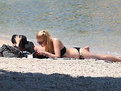 THEMENBILD - hunderte Strandbesucher an der kroatischen Adriaküste nutzen die Warmwetter Phase der letzten Tage für ein ausgiebiges Sonnenbad am Strand und im Warmen Wasser der Adria. Aufgenommen am 7. Juni 2015 in Makarska. Kroatien // Visitors of the city beach enjoying warm weather, sun and sea Makarska, Croatia on 2015/06/07. EXPA Pictures © 2015, PhotoCredit: EXPA/ Pixsell/ Toni Katic<br /> <br /> *****ATTENTION - for AUT, SLO, SUI, SWE, ITA, FRA only*****
