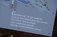 TEXEL - De Cocksdorp - Hole bord met limerick van Jan Heemskerk.  Golfbaan De Texelse. COPYRIGHT KOEN SUYK