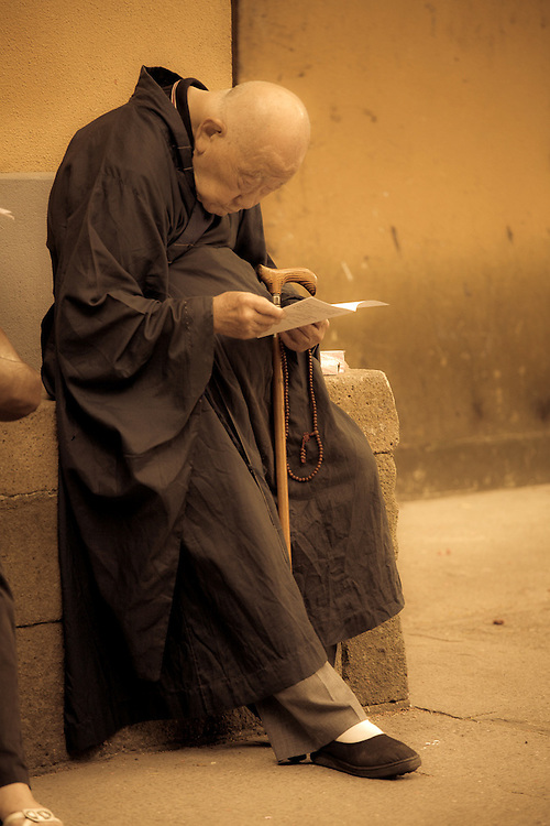 an old monk read a letter,Mt.Putuo