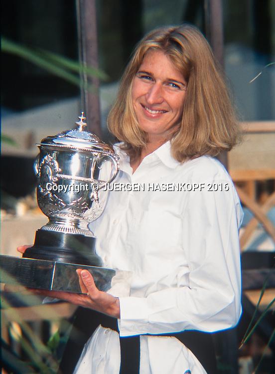 Steffi Graf (GER)  mit Pokal im Garten, Roland Garros, French Open 1996<br /> <br /> Tennis - French Open 1996 - Grand Slam ATP / WTA -  Roland Garros - Paris -  - France  - 22 November 2016.