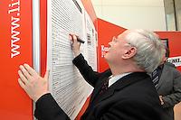 """27 MAR 2007, BERLIN/GERMANY:<br /> Oskar Lafontaine, WASG, Die Linke Fraktionsvorsitzender, unterschreibt medienwirksam den Erklaerung der SPD """"Politik fuer gute Arbeit - Deutschland braucht Mindestloehne"""", vor den Fraktionsraeumen der PDS, Fraktionsebene, Deutscher Bundestag<br /> IMAGE: 20070327-01-002<br /> KEYWORDS: Unterschrift"""