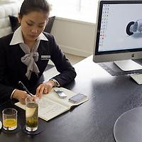 CHENGDU, 10/17/2012 :   die persoenliche Referentin von Wu Yali macht Notizen waehrend ihre Chefin an einem anderen Tisch Interviews gibt.