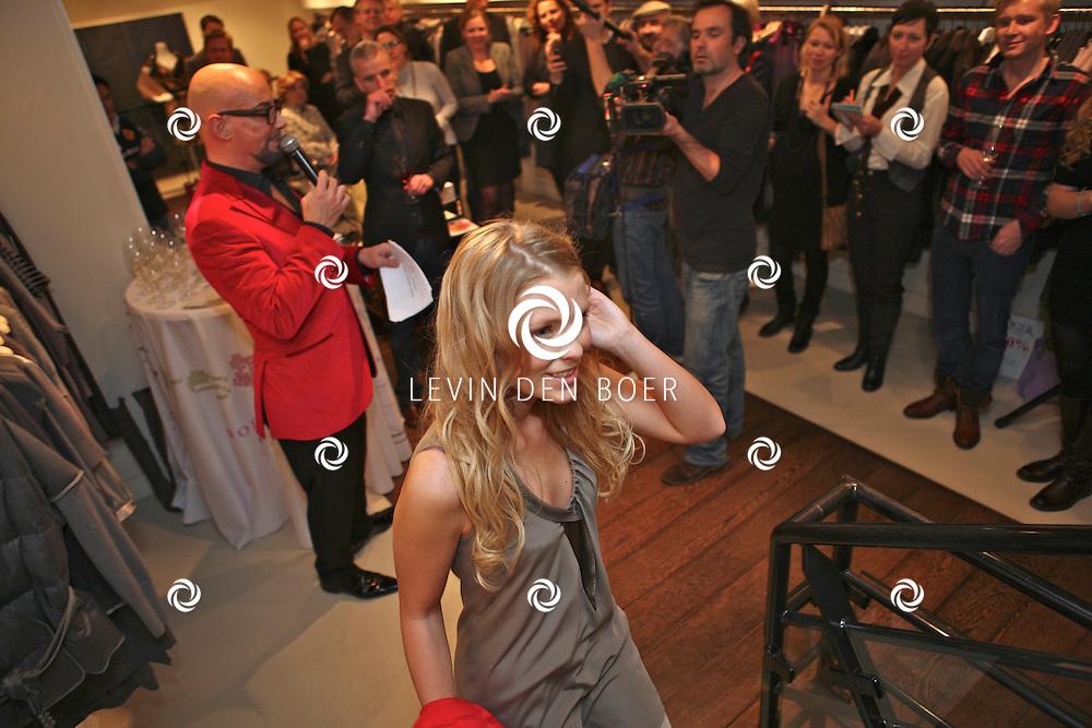 AMSTERDAM - In de PC Hooftstraat bij de bekende winkel OGER werd een Dress en Drinks evenement gehouden. De nieuwste collectie van Oger werd gepresenteerd en gelijk ook de daarbij behorende Chateau wijnen. Met op de foto Michael Stephanus Maria (Maik) de Boer en Jennifer Ewbank. FOTO LEVIN DEN BOER - PERSFOTO.NU
