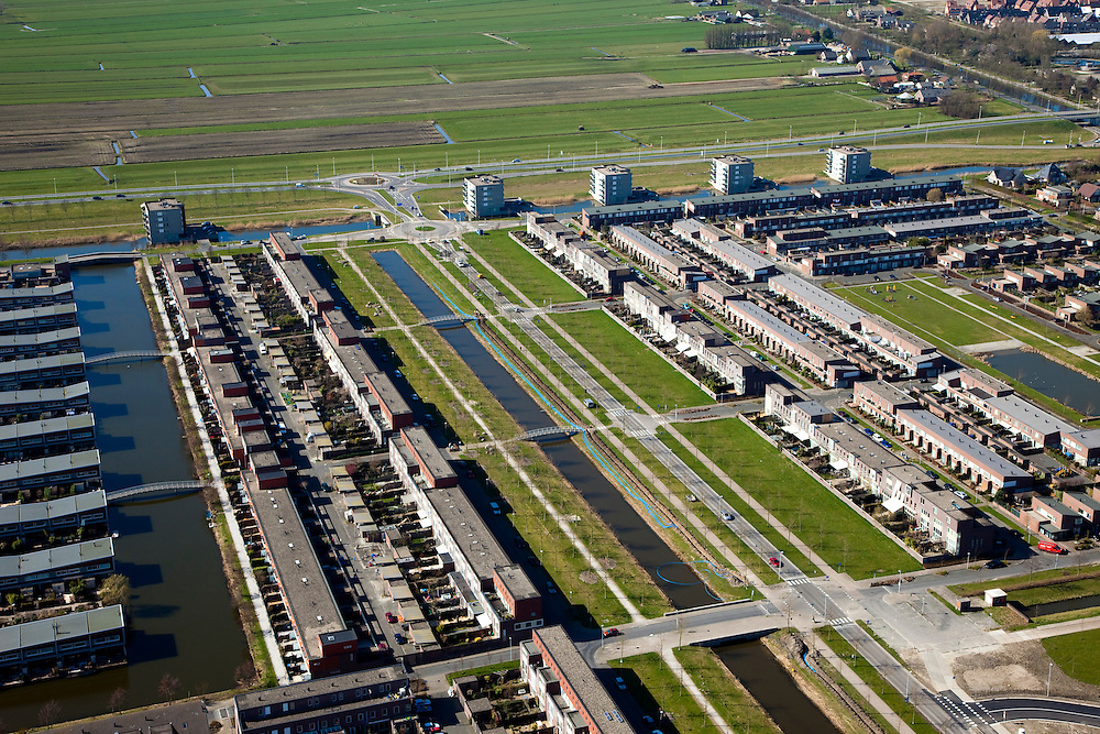 Nederland, Utrecht, Leidsche Rijn, 20-03-2009; nieuwbouw in de wijk Veldhuizen, ten westen van De Meern. Ruim opgezette, waterrijke en groene wijk rond de Heldammersingel. Family houses Family housing in a new housing estate surrounded by canals..foto Siebe Swart / photo Siebe Swart.Swart collectie, luchtfoto (toeslag); Swart Collection, aerial photo (additional fee required); .foto Siebe Swart / photo Siebe Swart