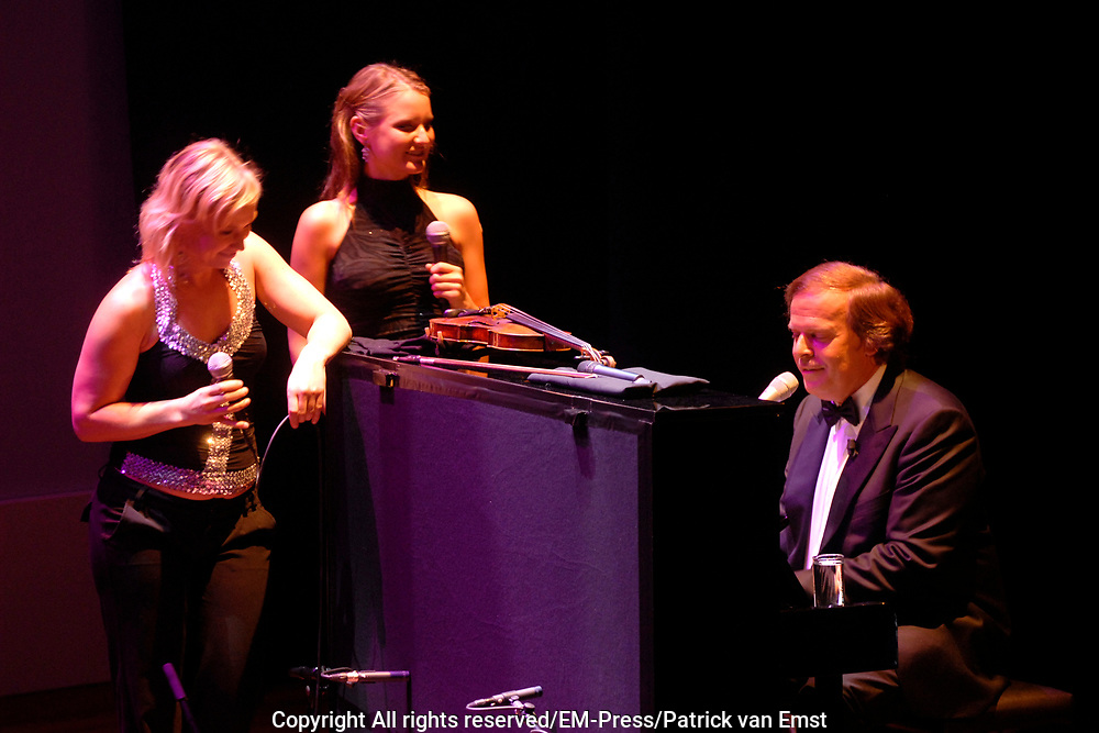 Prince Willem Alexander and maxima are in The Hague at the Royal Thaetre for the king Willem 1 price.<br /> <br /> Prins Willem Alexander en Maxima zijn in Den Haag in de Koninklijke Schouburg aanwezig bij de uitreiking van de Koning Willem 1 Prijs, de nationale ondernemingsprijs.<br /> <br /> On the photo / Op de foto:<br />  Ivo NIehe sluit muzikaal af