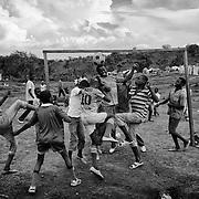 Des jeunes centrafricains jouent au football, le 15 octobre 2014 dans le camp de réfugiés de Borgop, au nord-est du Cameroun. L'ennui et la dépression sont les principaux ennemis des personnes exilées. Le sport est ainsi un moyen d'évacuer son stress et d'oublier un peu ses soucis, le temps d'un match.