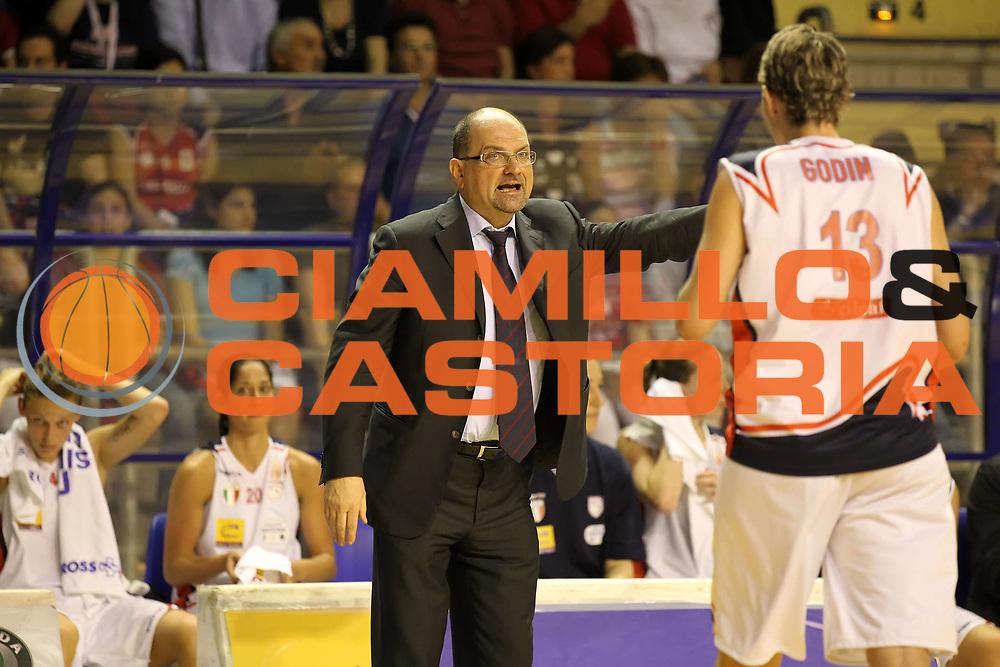 DESCRIZIONE : Taranto Lega A1 Femminile 2009-10 Play Off Finale Gara 3<br /> Cras Basket Taranto Famila Wuber Schio<br /> GIOCATORE : Roberto Ricchini Elodie Godin<br /> SQUADRA : Cras Basket Taranto Famila Wuber Schio<br /> EVENTO : Campionato Lega A1 Femminile 2009-2010<br /> GARA : Cras Basket Taranto Famila Wuber Schio<br /> DATA : 11/05/2010<br /> CATEGORIA : Ritratto coach<br /> SPORT : Pallacanestro<br /> AUTORE : Agenzia Ciamillo-Castoria/ElioCastoria<br /> Galleria : Lega Basket Femminile 2009-2010<br /> Fotonotizia : Taranto Campionato Italiano Femminile Lega A1 2009-2010 Play Off Finale Gara 3 Cras Basket Taranto Famila Wuber Schio<br /> Predefinita :