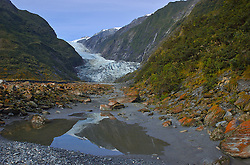 Antes de deixar o sul, um cenário pouco comum chama atenção. Encravadas entre morros, as geleiras de Franz Joseph e Fox Glacier (formadas na primeira Era do Gelo) proporcionam uma paisagem inusitada para quem vê de longe. Os mais corajosos ainda podem investir um pouco e passar um dia inteiro escalando o gelo milenar. FOTO: Lucas Uebel/Preview.com