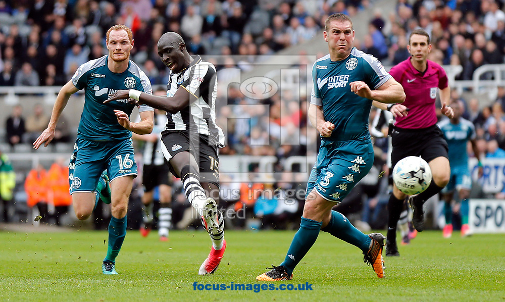 Mohamed Diame (2nd l) of Newcastle United shooting during the Sky Bet Championship match at St. James's Park, Newcastle<br /> Picture by Simon Moore/Focus Images Ltd 07807 671782<br /> 01/04/2017