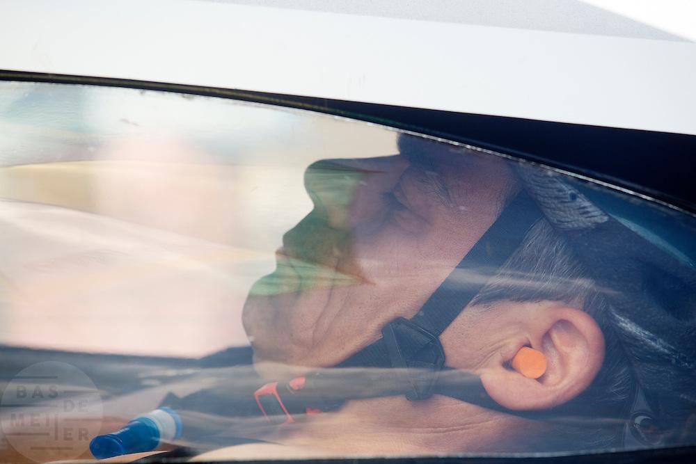 Guillaume de France zit klaar voor zijn recordpoging. In Duitsland worden op de Dekrabaan bij Schipkau recordpogingen gedaan met speciale ligfietsen tijdens een speciaal recordweekend.<br /> <br /> Guillame de France is ready for his record attempt. In Germany at the Dekra track near Schipkau cyclists try to set new speed records with special recumbents bikes at a special record weekend.