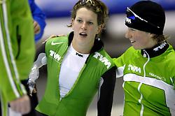 24-12-2006 SCHAATSEN: AEGON NK ALLROUND 2007: HEERENVEEN <br /> Ireen Wust - Nederlands kampioen 2006-2007 en Renate Groenewold<br /> ©2006-WWW.FOTOHOOGENDOORN.NL