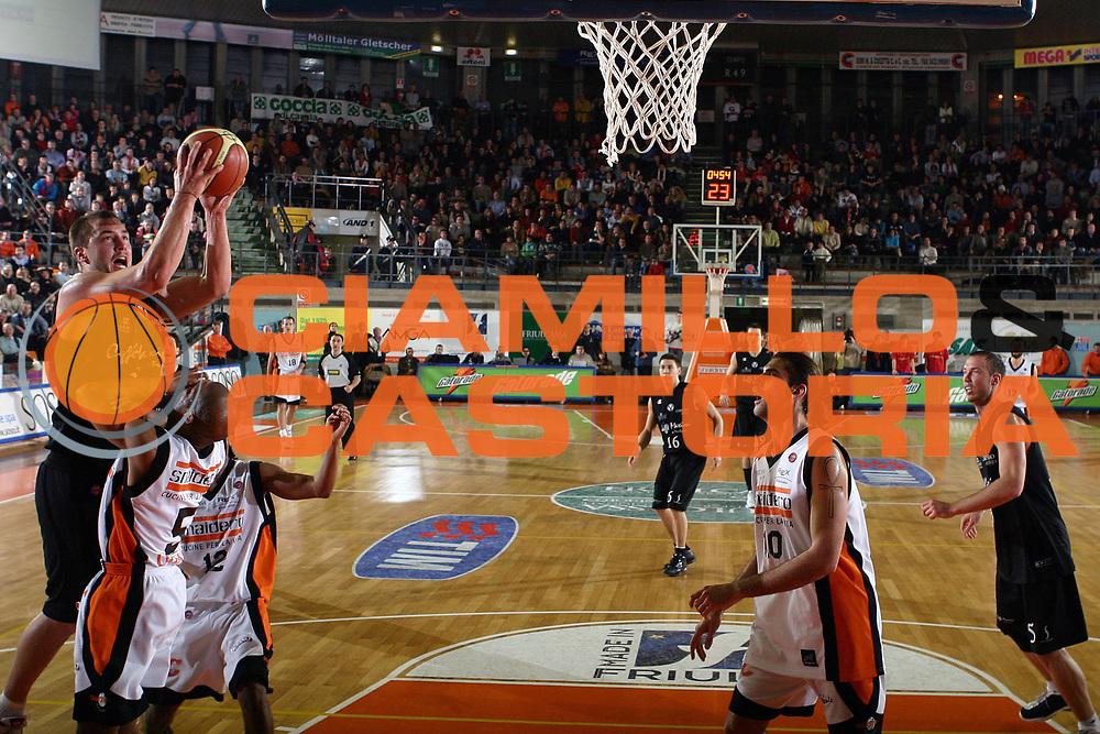 DESCRIZIONE : Udine Lega A1 2005-06 Snaidero Udine Caffe Maxim Virtus Bologna <br /> GIOCATORE : Milic <br /> SQUADRA : Maxim Virtus Bologna <br /> EVENTO : Campionato Lega A1 2005-2006 <br /> GARA : Snaidero Udine Caffe Maxim Virtus Bologna <br /> DATA : 30/12/2005 <br /> CATEGORIA : Tiro <br /> SPORT : Pallacanestro <br /> AUTORE : Agenzia Ciamillo-Castoria/S.Silvestri