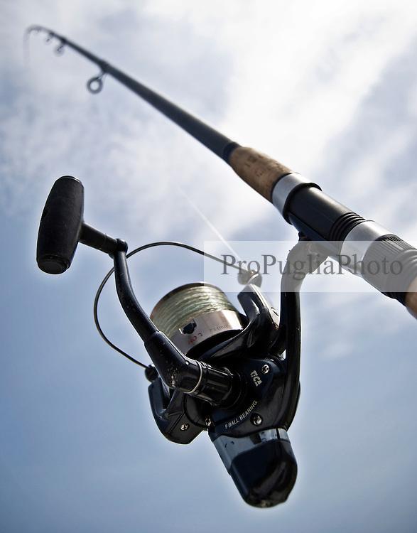 Una canna da pesca, vista dal basso, issata sulla banchina al porto di Brindisi dopo un lancio in mare. 29/05/2010 PH Gabriele Spedicato