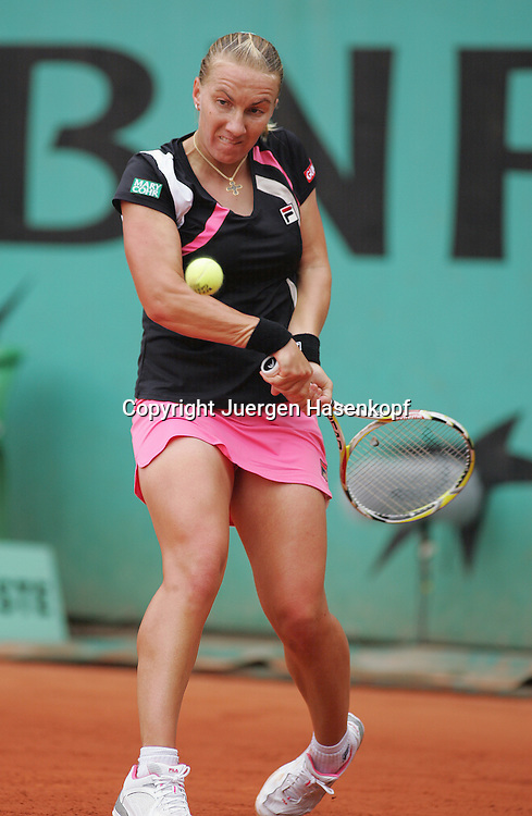 French Open 2009, Roland Garros, Paris, Frankreich,Sport, Tennis, ITF Grand Slam Tournament, ..Damen Finale,Endspiel,action,..Svetlana Kuznetsova (RUS)  spielt eine Rueckhand,backhand,action..Foto:Juergen Hasenkopf
