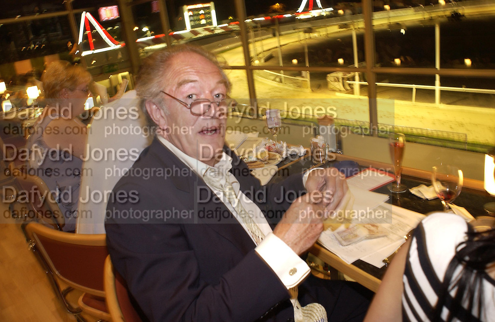 Michael Gambon. Trip to the Walthamstow dog Race track. A.A. Gill, Tim Jeffreys, Nicola  Fornby and a Rolls royce.  30 september 2001 © Copyright Photograph by Dafydd Jones 66 Stockwell Park Rd. London SW9 0DA Tel 020 7733 0108 www.dafjones.com