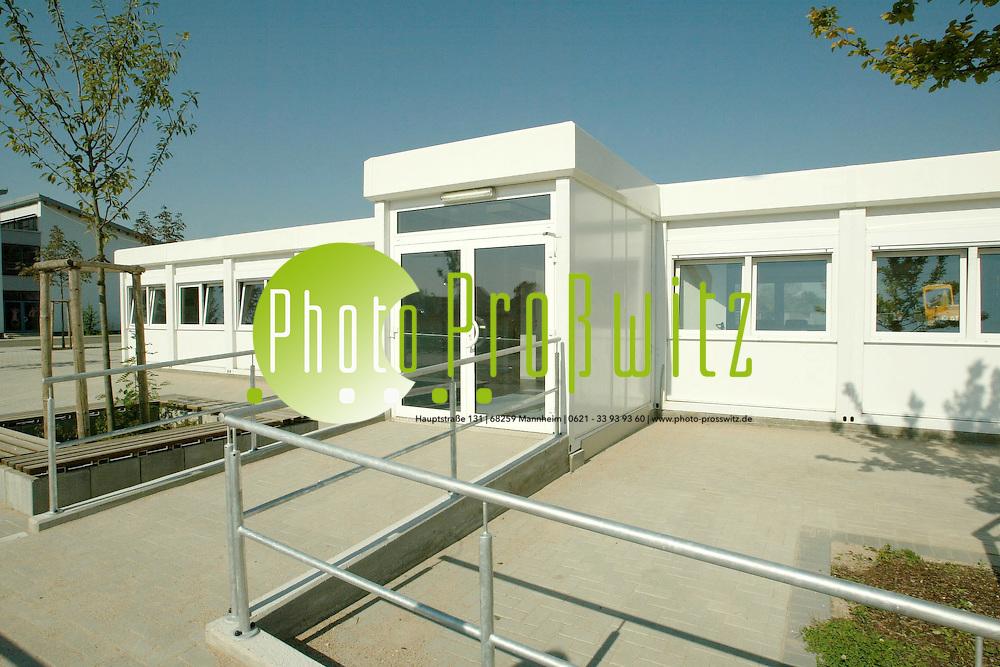 Mannheim. Hebelschule in Neuhermsheim. Container stehen ab dem Schuljahr 2002/2003 zur Verf&uuml;gung. Jedoch kann noch nicht unterrichtet werden, da das Mobiliar fehlt<br /> <br /> Bild: Pro&szlig;witz