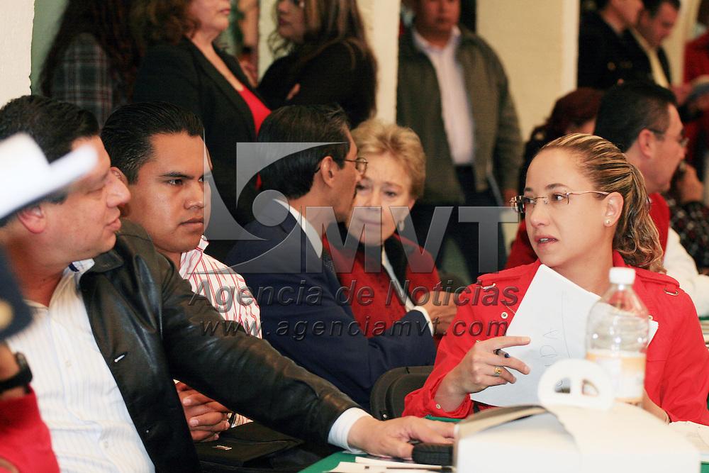 TOLUCA, México.- Militantes del Partido Revolucionario Institucional, acudieron a la audiencia pública que dieron el presidente Ricardo Aguilar Castillo, acompañado de secretarios y dirigentes de los diferentes grupos priistas. Agencia MVT / José Hernández. (DIGITAL)