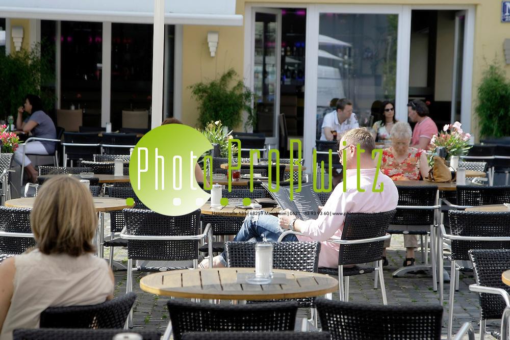 Mannheim. 24.05.2012. Innenstadt. Gastronomie. Aussenbewirtung in der Fuflg&permil;ngerzone.<br /> <br /> Bild: Markus Proflwitz 24MAY12 / masterpress /