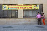 Ibagu&eacute;, Tolima, Colombia - 08.09.2016        <br /> <br /> Banner of the campaign for the peace agreement between the Colombian government and the FARC. On 2nd October a peace referendum takes place about the end of the 52 years ongoing civil war between the marxist FARC-EP guerrilla and the government.<br /> <br /> Plakat der Kampagne fuer den Friedensvertrag zwischen der kolumbianischen Regierung und der FARC. Am 02. Oktober findet eine Volksabstimmung &uuml;ber das Ende des seit 52 Jahren dauernden B&uuml;rgerkrieges zwischen der marxistischen FARC-EP Guerilla und der Regierung statt.<br /> <br /> Photo: Bjoern Kietzmann