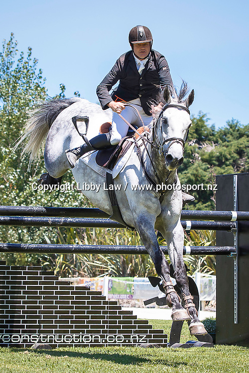 FABULOUS BALANCE WITH NO STIRRUP - as if there isn't enough challenge with these tracks: NZL-Glen Beal (SACRAMENTO) AON GRAND PRIX SUPER SERIES 1.30-1.35M AM5: 2016 NZL-Continental Cars Audi World Cup Showjumping (Saturday 16  January) CREDIT: Libby Law COPYRIGHT: LIBBY LAW PHOTOGRAPHY