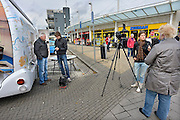 Nederland, Nijmegen, 12-10-2012De Buzz, een samenwerking tussen regionale omroep Gelderland en papieren krant de Gelderlander, staat in de wijk Hatert en maakt daar reportages op video en met geschreven tekst.Foto: Flip Franssen/Hollandse Hoogte